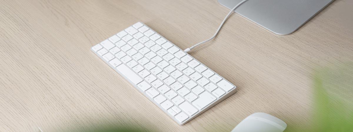 パソコンのキーボードとマウスとナチュラルな机